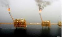 Lửa phát ra trong quá trình sản xuất dầu tại một mỏ dầu ở vịnh Ba Tư, phía nam thủ đô Tehran của Iran. Việc Mỹ tăng lệnh cấm xuất khẩu dầu đối với Iran sẽ làm quốc gia xuất khẩu dầu lớn thứ 4 thế giới gặp nhiều khó khăn.