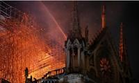 Ngọn lửa đã thiêu rụi phần mái của nhà thờ Đức Bà Paris, nhưng phần vỏ ngoài kiến trúc đã được cứu.