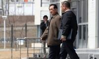 Ông Kim Chang-son (bên trái), trưởng ban lễ tân của nhà lãnh đạo Triều Tiên Kim Jong-un, đi bộ ra xe của mình tại Đại học Liên bang Viễn Đông ở Vladivostok, Nga vào ngày 21/4. Ảnh: Yonhap