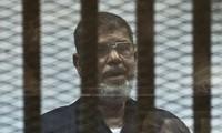Cựu tổng thống Ai Cập Mohammed Mursi xuất hiện tại tòa ngày 17/6 trước khi đột quị và ra đi vĩnh viễn.