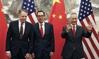 Đại diện thương mại Mỹ Robert Lighthizer, Bộ trưởng Tài chính Steven Mnuchinn và Phó Thủ tướng Trung Quốc Lưu Hạc ( từ trái sang) đã nối lại đàm phán qua điện thoại ngày 24/6.