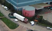 Chiếc xe tải container chở 39 xác chết đi qua cửa khẩu Zeebrugge của Bỉ. Ảnh: EPA