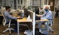 Các nhân viên y tế tại trung tâm y tế cộng đồng Texas đang ngày đêm tìm cách hạn chế lây lan COVID-19