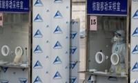 Nhiều khu vực ở Bắc Kinh bị phong tỏa vì đợt bùng phát trước Tết nguyên đán, khiến việc xét nghiệm trên diện rộng được tiến hành, trong đó có một số khu vực được lấy mẫu xét nghiệm tử hậu môn.