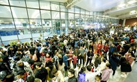 Sảnh nhà ga T2 sân bay Nội Bài luôn trong tình trạng đông đúng mỗi dịp Tết. Ảnh: Phan Công