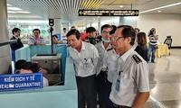Cơ quan chức năng kiểm tra công tác phòng chống bệnh do virus corona tại sân bay Tân Sơn Nhất vào sáng 23-1