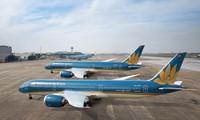 Tàu bay của Vietnam Airlines xếp hàng dài ở sân bay Nội Bài do giảm khai thác vì dịch COVID-19.