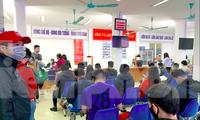 Người lao động đợi làm thủ tục bảo hiểm thất nghiệp tại Hà Nội.