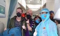 """Một số khách châu Âu bị """"kẹt"""" lại tại Việt Nam do dịch COVID-19 đã được đưa về nước trên 2 chuyến bay của Vietnam Airlines."""