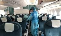 Các công dân Việt Nam bị mắc kẹt tại sân bay Nhật Bản được đón về nước.