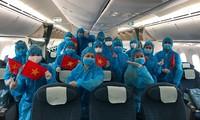 93 công dân Việt Nam về từ Anh bước xuống sân bay Vân Đồn, trong đó có học sinh dưới 18 tuổi, người già, người khó khăn. Ảnh: Cảng HKQT Vân Đồn.