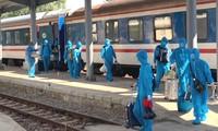 Các lao động Trung Quốc lên tàu tại ga Đồng Đăng để vào Quảng Ngãi hôm 12/6 vừa qua. Ảnh: BGT.