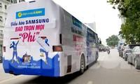 Xe khách dán kín quảng cáo, vi phạm quy định về an toàn giao thông, nhưng vẫn vô tư lưu thông trên khắp các tuyến phố của Hà Nội. Ảnh: Phạm Thanh.