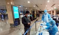 Hành khách khai báo y tế và kiểm tra sức khỏe tại sân bay Tân Sơn Nhất.