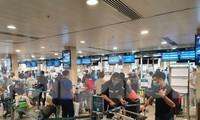 Sau khi phát hiện một số trường hợp mắc COVID-19 là nhân viên bốc xếp hành lý tại sân bay Tân Sơn Nhất, lượng khách qua sân bay này đã giảm so với số lượng vé được đặt.
