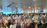Tình trạng ùn tắc tại khu vực an ninh soi chiếu sân bay Tân Sơn Nhất trở nên nghiêm trọng khi dịp nghỉ Lễ 30/4-1/5 tới gần.