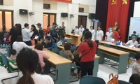 Số lượng trẻ đến xét nghiệm quá đông nên BV Nhiệt đới Trung ương phải sử dụng cả Hội trường để làm nơi đón tiếp.