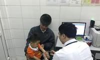 Đến chiều 15/3, vẫn còn nhiều trẻ mầm non ở Bắc Ninh được bố mẹ đưa đến BV Nhiệt đới TƯ để làm xét nghiệm xem có nhiễm sán lợn hay không. Ảnh: Thái Hà