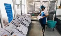 Khu chế biến thực phẩm và đóng gói suất ăn tại BV Nội tiết Trung ương. Ảnh: BV Nội tiết TƯ cung cấp.