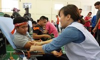 Đoàn viên thanh niên hiến máu tình nguyện trong Ngày Chủ nhật đỏ do Báo Tiền Phong tổ chức.