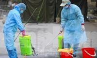 Nhân viên y tế phun thuốc khử khuẩn môi trường tại ổ dịch Hạ Lôi, Mê Linh, Hà Nội. Ảnh: Mạnh Thắng