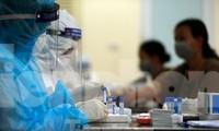 Lấy mẫu xét nghiệm SARS-CoV-2 cho người dân tại chợ đầu mối Ngã Tư Sở - Hà Nội. Ảnh: Như Ý