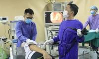 Các bác sĩ xử lý cho bệnh nhân bị hóc thịt ngan. Ảnh: Bệnh viện E Trung ương cung cấp