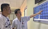 BS Nguyễn Đức Anh đang giải thích về tình trạng bệnh của bệnh nhân cho người nhà. Ảnh: Bệnh viện cung cấp