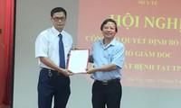 Thừa ủy quyền của Giám đốc Sở Y tế Hà Nội, PGS.TS Hoàng Đức Hạnh, Phó Giám đốc Sở Y tế Hà Nội đã trao Quyết định cho ông Trương Quang Việt. Ảnh: CDC Hà Nội