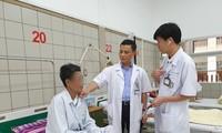 Các bác sĩ thăm khám cho bệnh nhân trước khi xuất viện. Ảnh: Bệnh viện Bạch Mai cung cấp