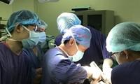 Các bác sĩ Bệnh viện Việt - Đức thực hiện ca phẫu thuật cho bệnh nhân N.V.T