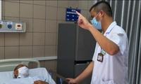 BS tại Trung tâm Chống độc Bạch Mai khám cho bệnh nhân ngộ độc rượu. Ảnh: Bệnh viện cung cấp