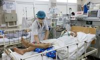 Điều trị cho bệnh nhân ngộ độc pate Minh Chay tại Trung tâm Chống độc, Bệnh viện Bạch Mai, Hà Nội. Ảnh: BV cung cấp