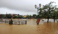 Mưa lũ ngập tràn tại miền Trung. Ảnh: Tiền Phong