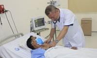 BS Bệnh viện E Trung ương kiểm tra sức khỏe cho nam tài xế vừa được cứu thoát khỏi cơn nhồi máu cơ tim cấp. Ảnh: BV cung cấp
