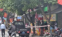 Lực lượng Công an Hải Phòng khẩn trương rà soát liên quan ca mắc COVID-19 trên phố Chợ Hàng. Ảnh: Phương Linh