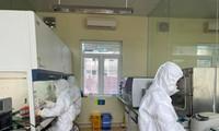 Cán bộ Trung tâm Kiểm soát dịch bệnh Quảng Ninh xét nghiệm mẫu bệnh phẩm tìm virus SARS-CoV-2. Ảnh: Thuận Phương
