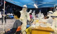 Cán bộ y tế lấy mẫu xét nghiệm cho cư dân toà nhà 88 Láng Hạ. Ảnh: Trọng Tài