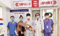 Các bác sĩ Trung tâm Cấp cứu A9 chúc mừng bệnh nhân khỏe mạnh, được trở về đoàn tụ cùng gia đình. Ảnh: Bệnh viện cung cấp