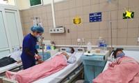 Hiện 2 bố con anh Tẩn Văn Líu đang được điều trị tại TT Chống độc, BV Bạch Mai. Ảnh: Bệnh viện cung cấp