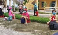 Học sinh tiểu học tại phường Hương Chữ (Hương Trà, TT-Huế) chuẩn bị sẵn túi xách vật dụng để đi cách ly tập trung