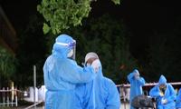 Ngành y tế lấy mẫu xét nghiệm COVID-19 cho người dân về từ TP. Hồ Chí Minh.