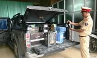 Xe bán tải chở hơn 450 chai rượu ngoại nhập lậu, khi đến địa bàn TT-Huế thì bị phát hiện, bắt giữ