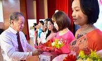 Nữ giáo viên tại TT-Huế được Chủ tịch UBND tỉnh Phan Ngọc Thọ tặng hoa chúc mừng nhân ngày Nhà giáo Việt Nam 20/11