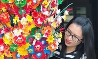 Nghề sản xuất ra loại hoa giấy để dùng cho việc tâm linh ngày Tết này có lịch sử trên dưới 300 năm. Ngày nay, hoa giấy còn phục vụ cho du lịch.