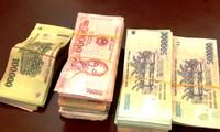 Bà Phùng Thị Cẩm Vân bất ngờ nhận lại số tiền hơn 125 triệu đồng này, sau khi sơ suất không khóa cốp xe nên bị kẻ gian lấy trộm