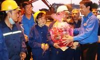 Anh Trần Gia Công, Ủy viên Trung ương Đoàn, Bí thư Tỉnh Đoàn TT-Huế trao quà Giao thừa và gửi lời chúc Tết đến công nhân môi trường đô thị Huế.
