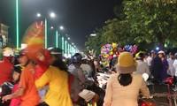 Dù là đêm Giao thừa, nhưng đường phố tại Huế vẫn rộn ràng người, xe.
