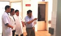 Kiểm tra công tác ứng phó dịch virus corona tại Bệnh viện Trung ương Huế (ảnh Văn Minh)