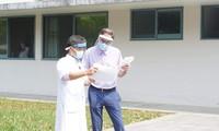 Bác sĩ dặn dò bệnh nhân số 49 trước khi xuất viện.